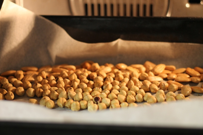 אגוזי לוז ושקדים נקלים בתנור