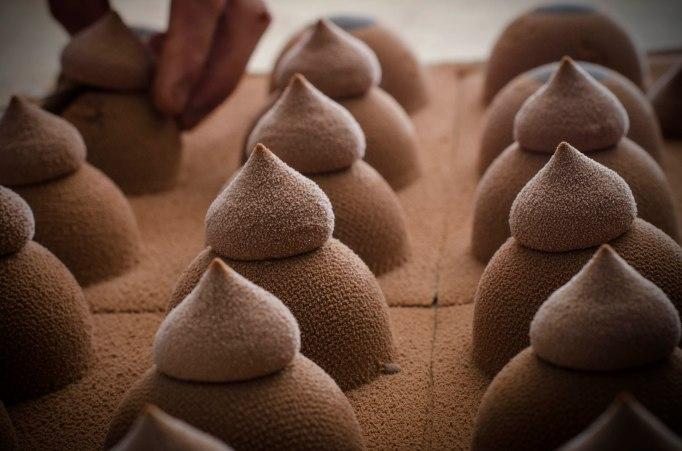 השפיצים מזולפים על התבנית בה נוצקה הכיפה - פטנט הנדסי ליציבות המבנה צילום: ריטה מאי לבישולים