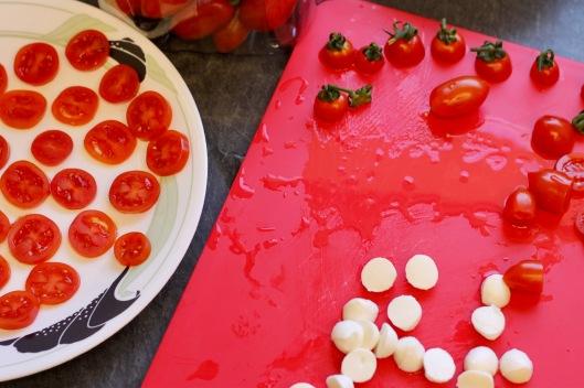 חותכים עגבניות ומוצרלה