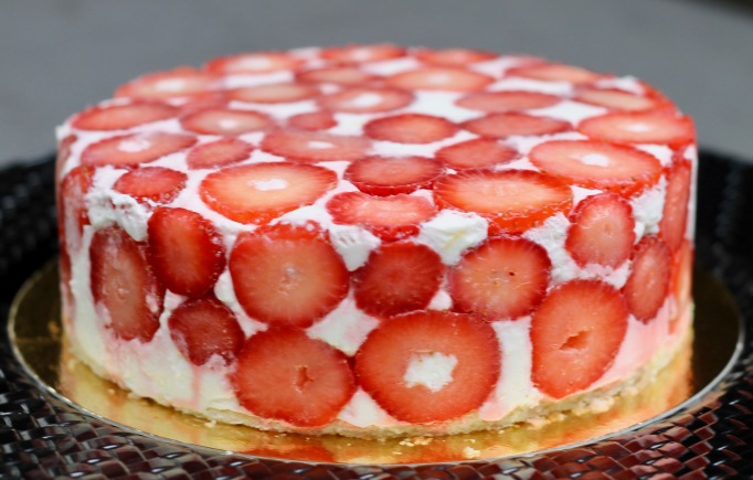 עוגת גבינה ותותים - קלאסיקה ישראלית בעיצוב צרפתי מודרני