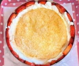 מניחים את הג׳נואז במרכז העוגה